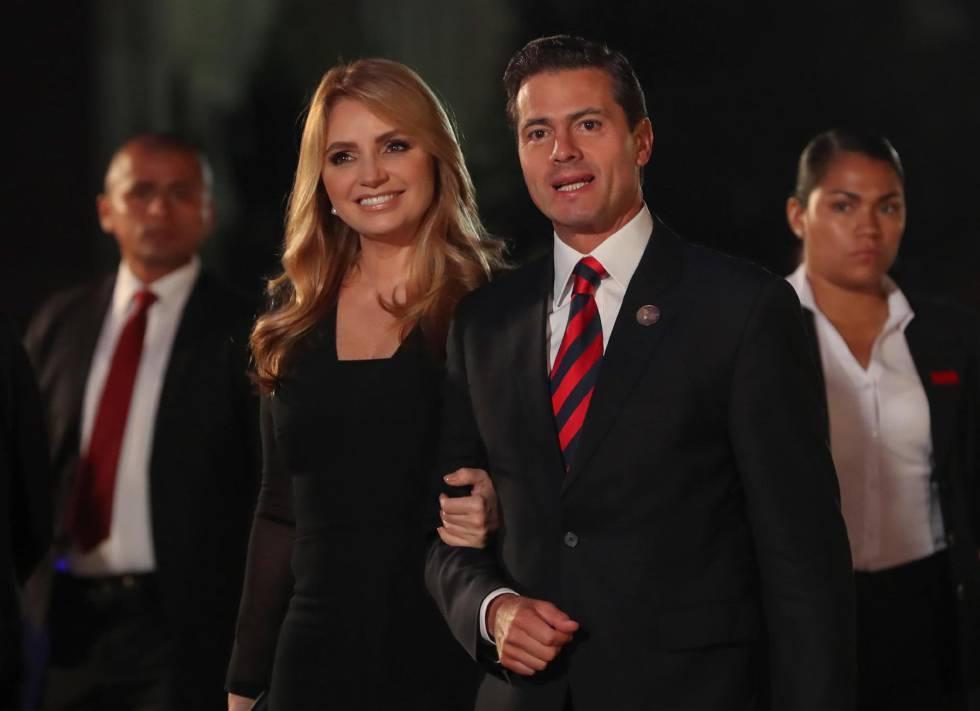 El presidente de México, Enrique Peña Nieto, acompañado de su esposa Angélica Ribera, el pasado 13 de abril, en Lima (Perú).