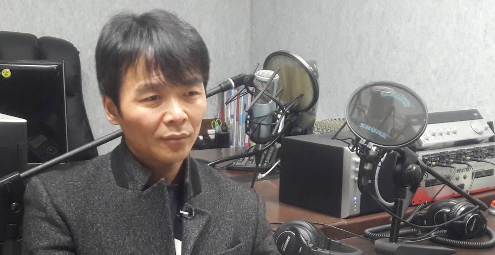 El señor Choi en la emisora de radio, en Seúl.