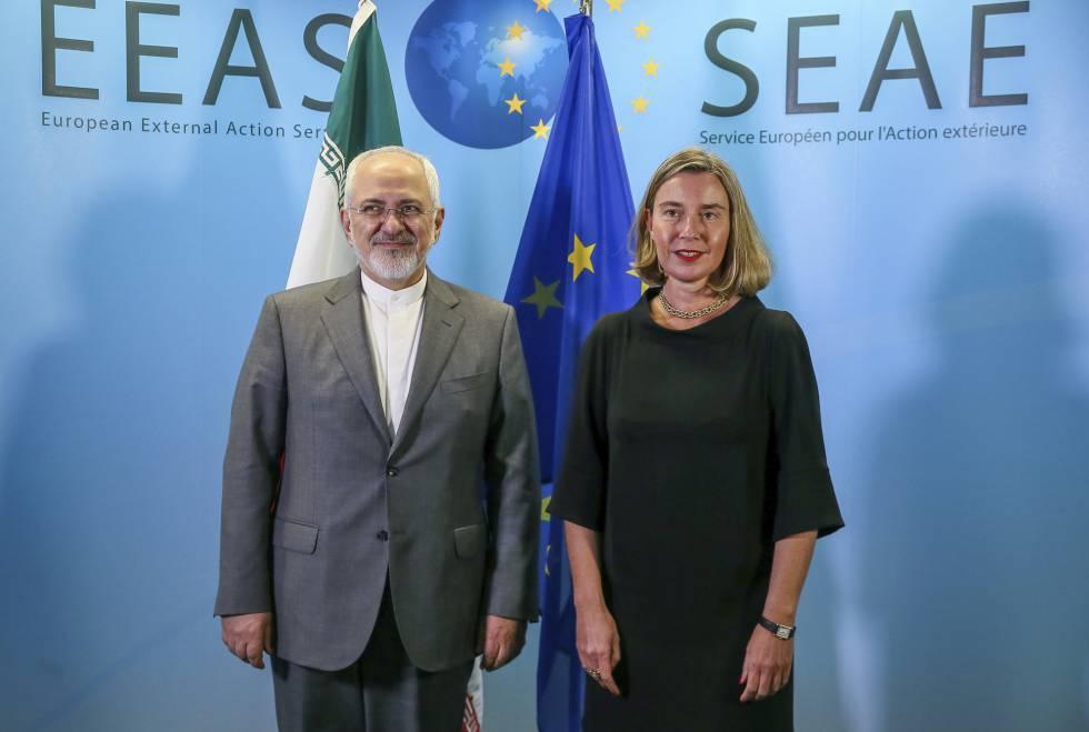 El ministro de Exteriores iraní, Javad Zarif, junto a Federica Mogherini el 25 de abril de 2018.