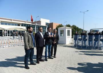 Diputados de la oposición en una declaración de protesta ante el tribunal del penal de Silivri (Estambul), en el que ha tenido lugar la última vista del juicio contra los empleados, directivos y colaboradores del diario 'Cumhuriyet'.