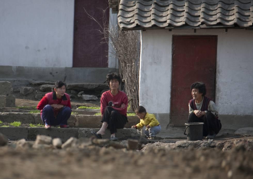 Ciudadanos norcoreanos, en la periferia de Pyongyang, en 2010.