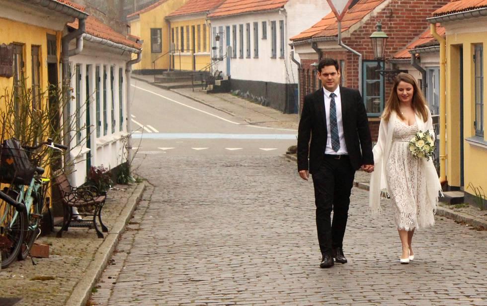 Una pareja de recién casados pase por el pueblo de ærøskøbing (Dinamarca).