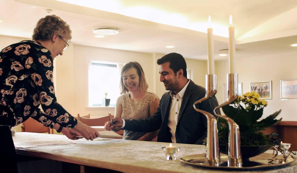 Una pareja firma el contrato matrimonial en el ayuntamiento de Rudkøbing (Dinamarca).