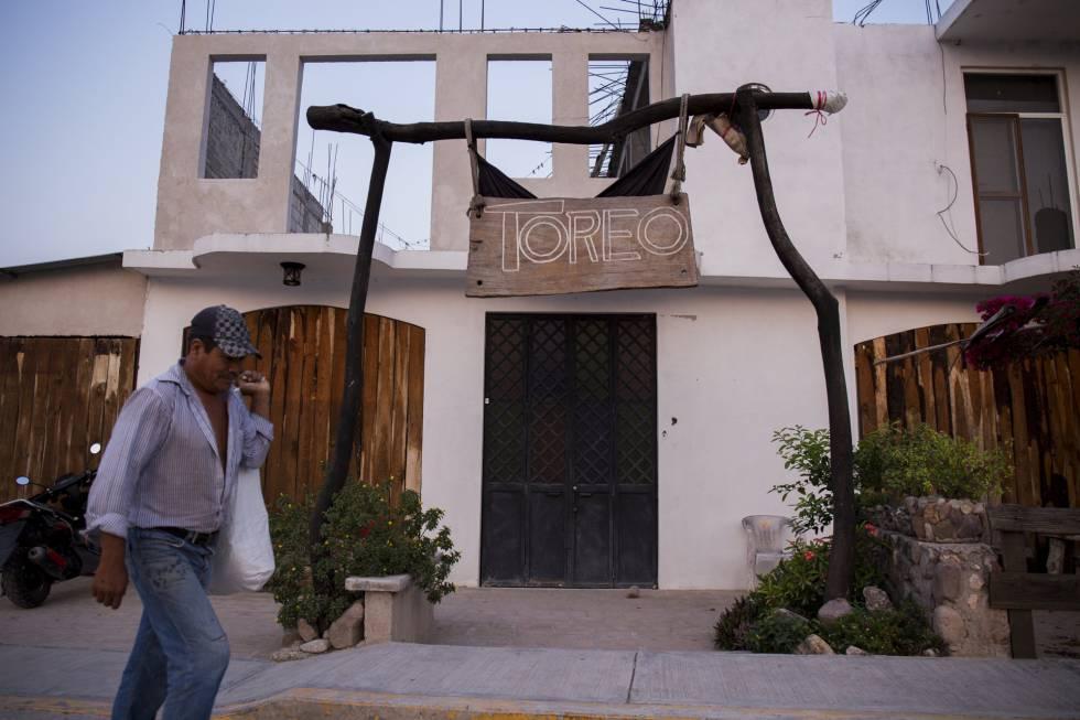 Un hombre pasa frente al restaurante Toreo. En su interior fue asesinada Antonia Jaimes
