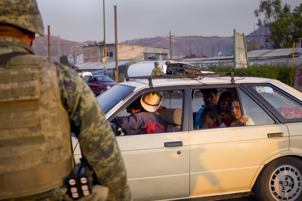 Militares supervisan el paso de los vehículos en el centro de Chilapa.