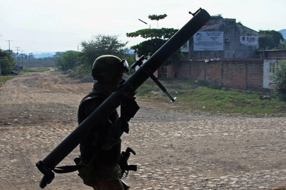 Un militar mexicano armado con una bazuca patrulla la zona de Casimiro Castillo, uno de los bastiones del cártel Jalisco Nueva Generación.