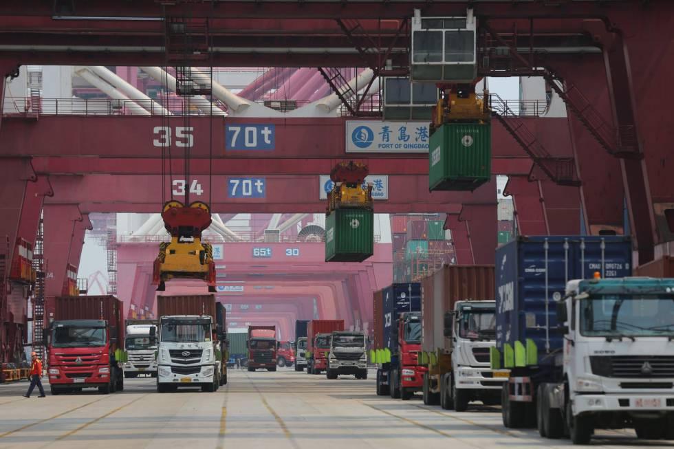 Actividad en el puerto comercial de Qingdao, en la provincia china de Shandong, este lunes