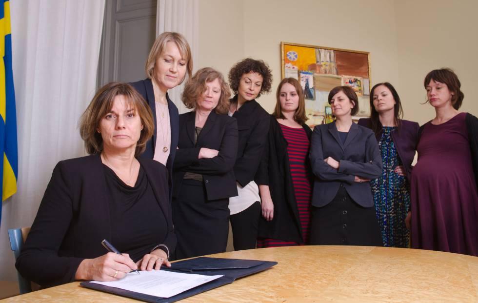La viceprimera ministra y ministra de Clima y Cooperación, Isabella Lovin, firma una nueva ley ambiental en febrero de 2017.