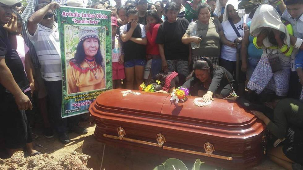 El funeral de  la chamán Olivia Arevalo.