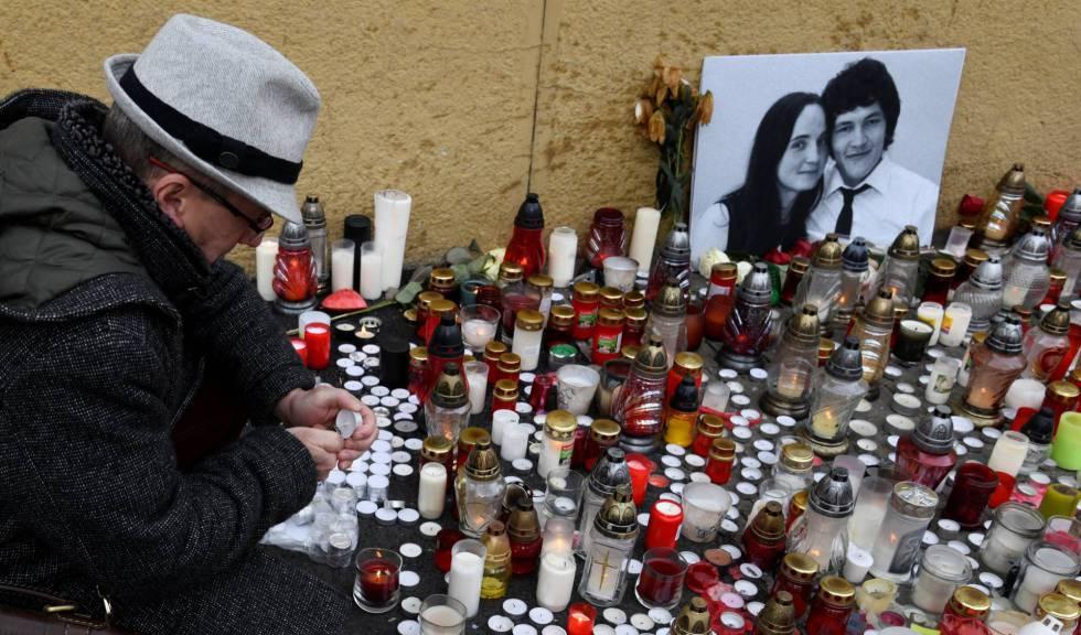 Un hombre enciende una vela en homenaje al periodista eslovaco Jan Kuciak en Bratislava.