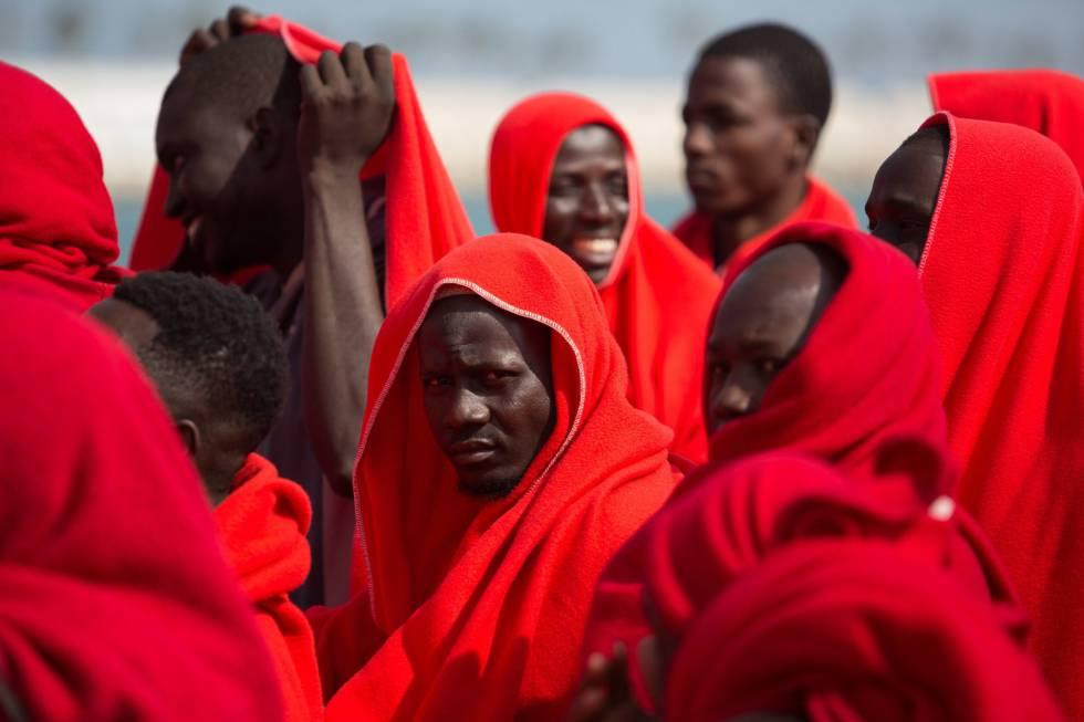 Un grupo de migrantes rescatados el día 26 al llegar a Málaga.