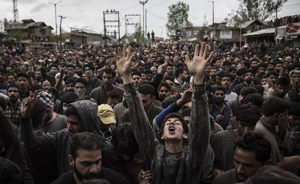Jóvenes protestan en las calles de Cachemira.