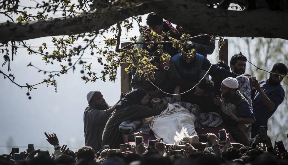 Una multitud acude a un entierro en Cachemira.