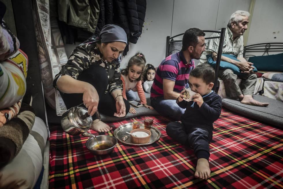 Una familia de refugiados kurdos sirve té en el campo de Ritsona, cerca de Atenas.