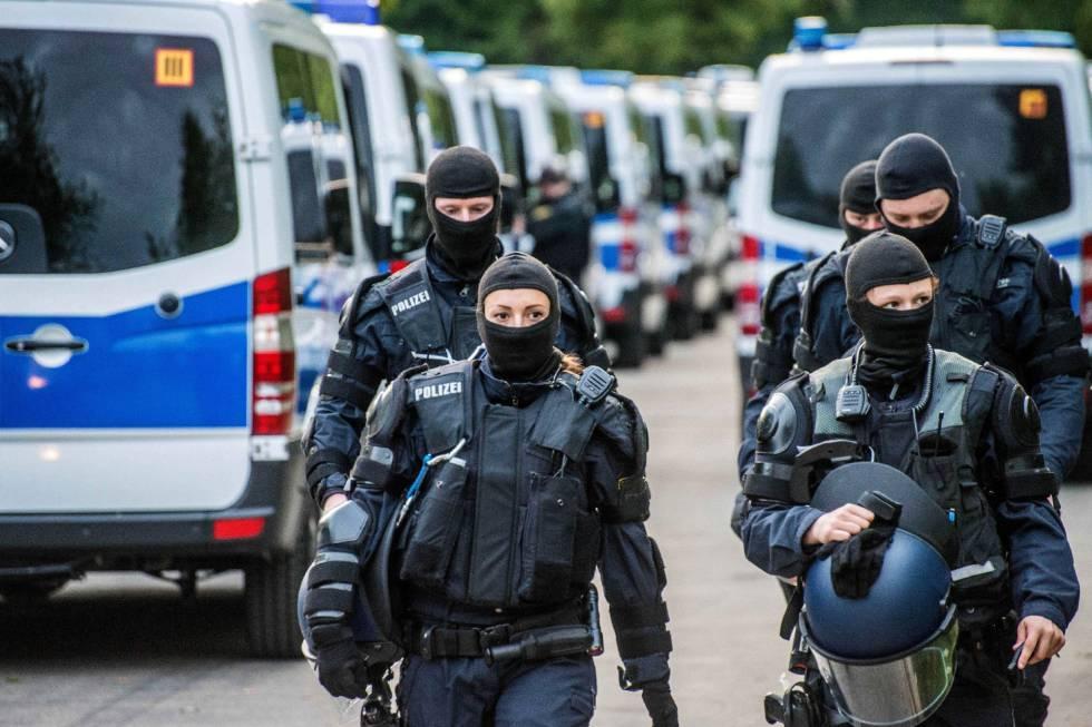 Un grupo de policías participa en una operación para detener a un joven togolés para su deportación, en el centro de refugiados en Ellwagen, en el sur de Alemania.