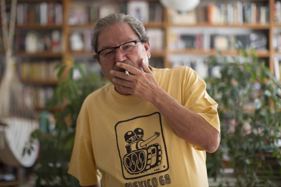 Paco Ignacio Taibo II en estudio de la Ciudad de México.