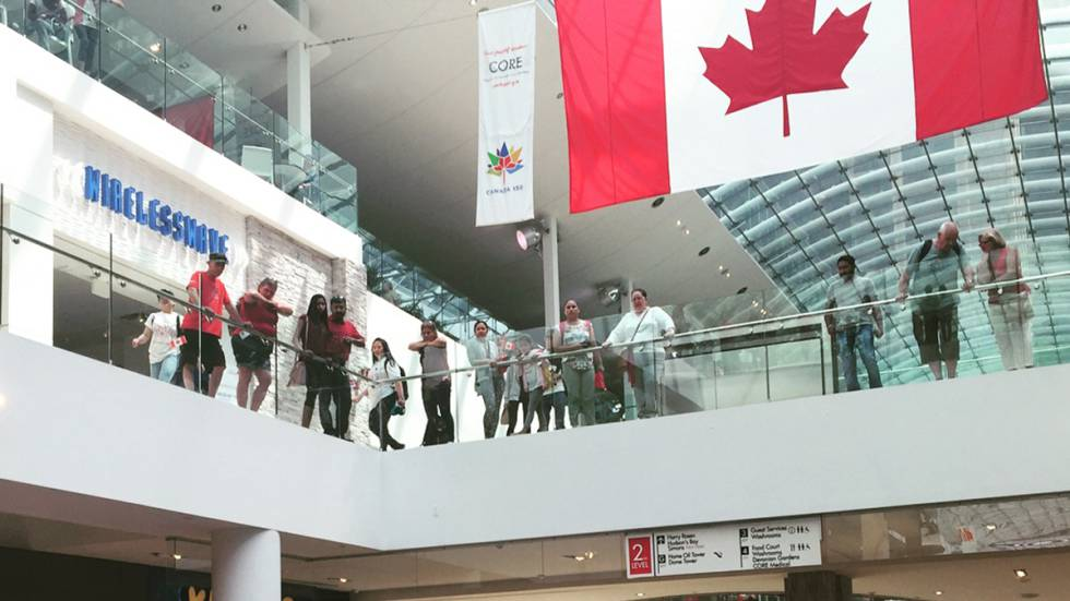 Vista interior del centro comercial Core, en Calgary, Canadá.