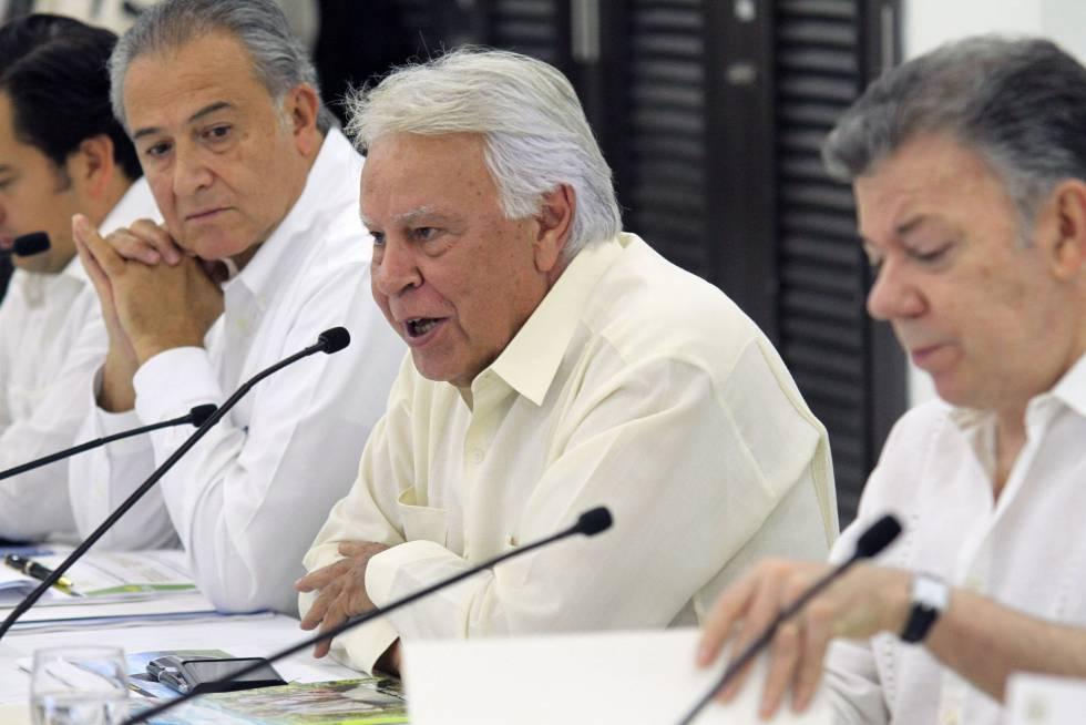 Felipe González, entre Juan Manuel Santos y Óscar Naranjo, el sábado durante la reunión de seguimiento de los acuerdos de paz.