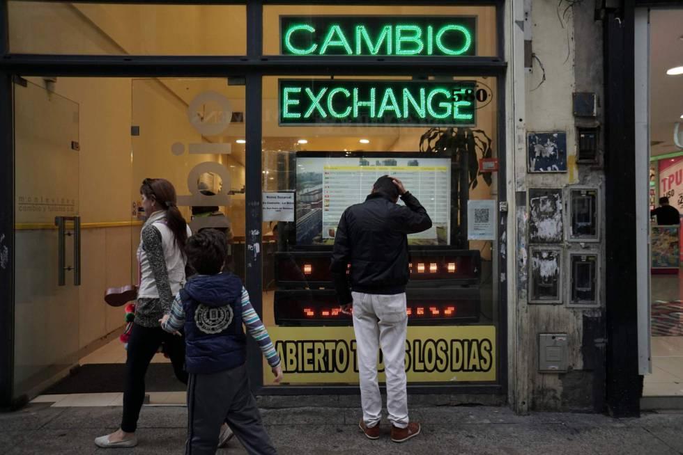 Un hombre mira la pantalla con las cotizaciones de moneda extranjera en una casa de cambios del centro de Buenos Aires.