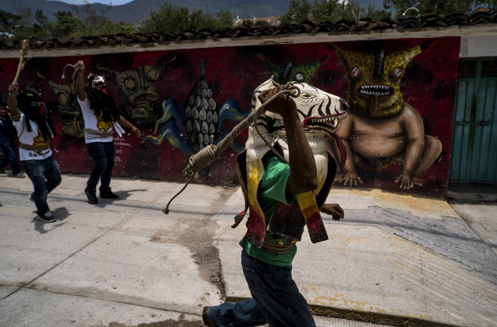Un tigre, camino a la plaza de Zitlala.