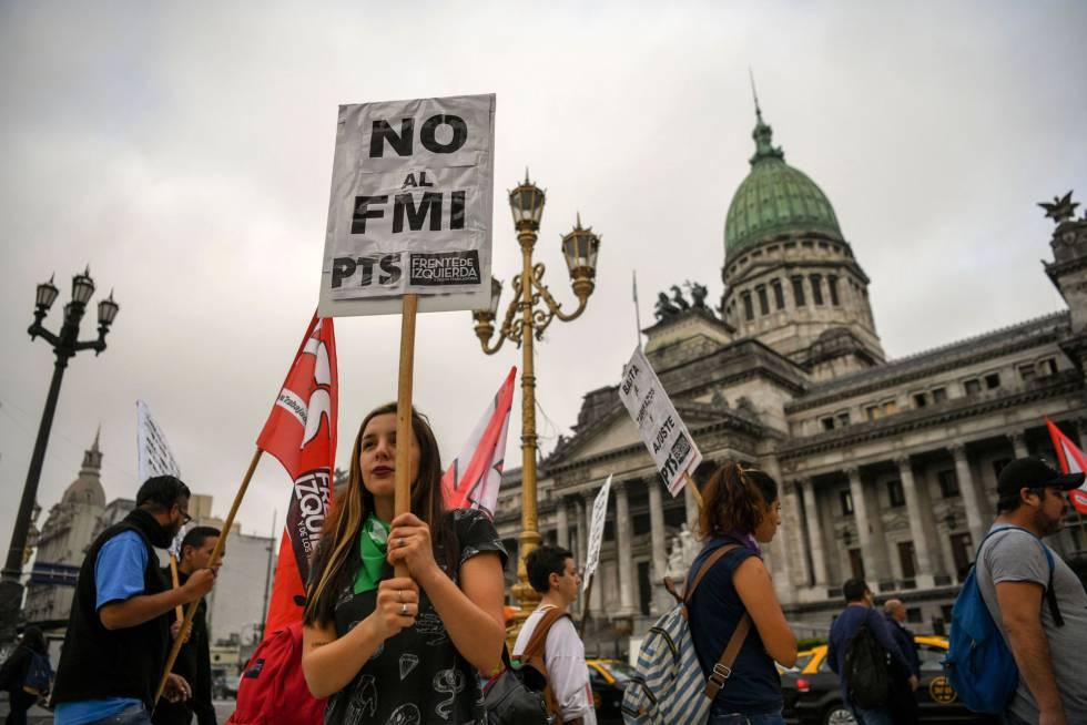 Agrupaciones de izquierda marchan este miércoles frente al Congreso contra la decisión de Macri de pedir un rescate al FMI.