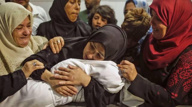 Una mujer palestina abraza este martes a su hija de ocho meses, fallecida en los enfrentamientos con Israel en la Franja de Gaza.