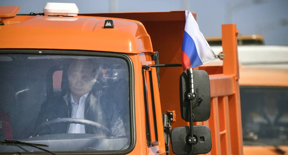 Putin conduce un camión por el puente recién inaugurado, el martes.