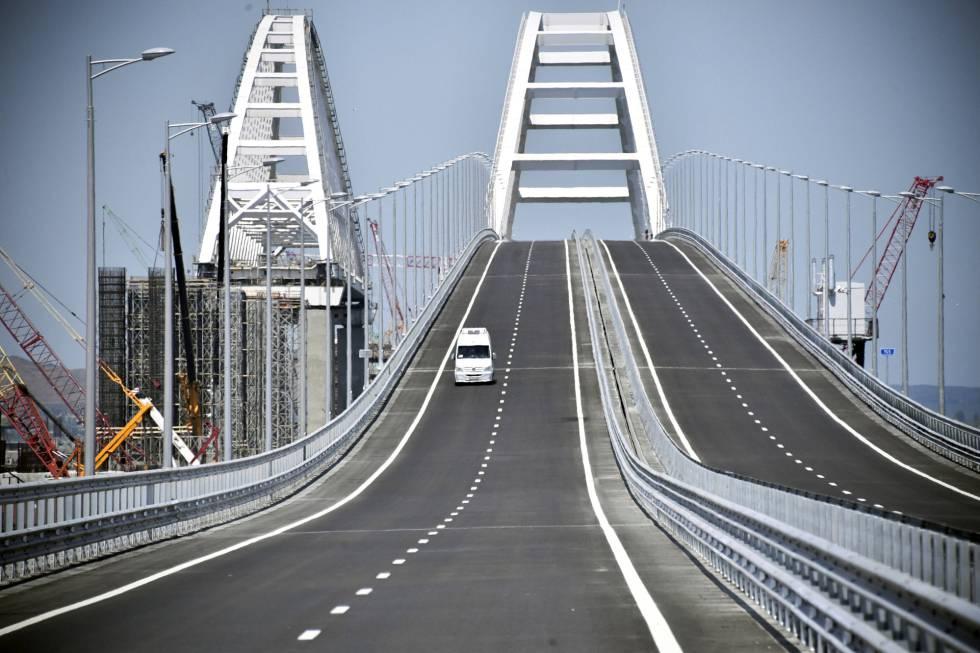 Un vehículo cruza el puente entre Rusia y Crimea, este martes.