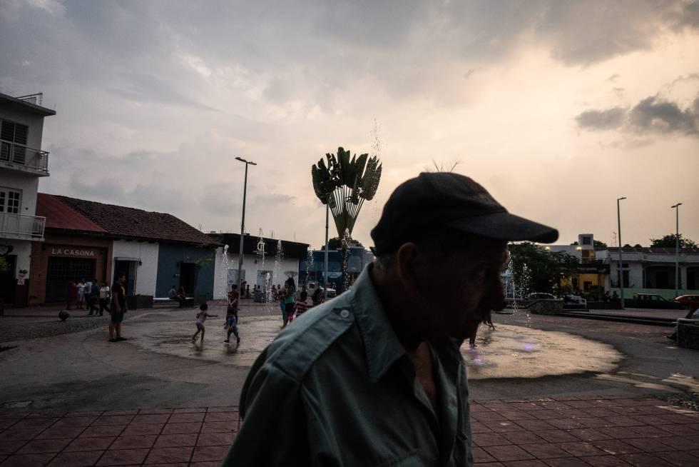 Un hombre camina en el parque Bicentenario de Tapachula, uno de los puntos donde los migrantes suelen pasar el día.