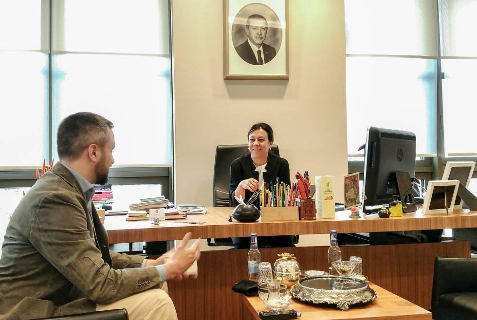 Ayse Sözen Usluer, jefa del departamento presidencial de Relaciones Exteriores del presidente turco, Recep Tayyip Erdogan, durante la entrevista con EL PAÍS.