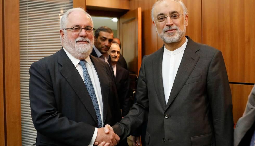 El vicepresidente iraní Ali Akbar Salehi saluda a Miguel Arias Cañete, comisario europeo de Energía, este sábado en Teherán.