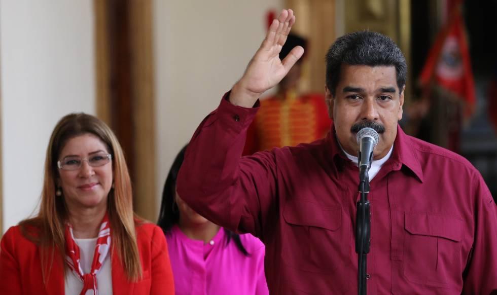 Nicolás Maduro habla junto a su esposa Cilia Flores, este domingo.