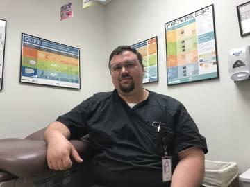 Jason Burkhiser en la clínica de la ONG Planned Parenthood en Des Moines.