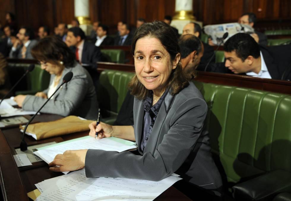 Maya Jribi, la secretaria general del partído PDP sentada en su escaño del Parlamento tunecino en 2011