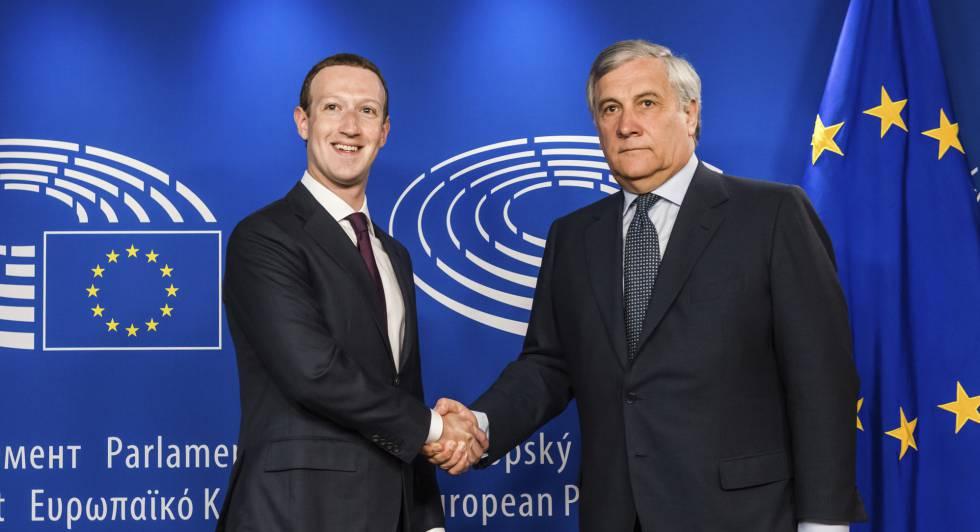El fundador de Facebook, Mark Zuckerberg, y el presidente del Parlamento Europeo, Antonio Tajani, este martes en Bruselas.
