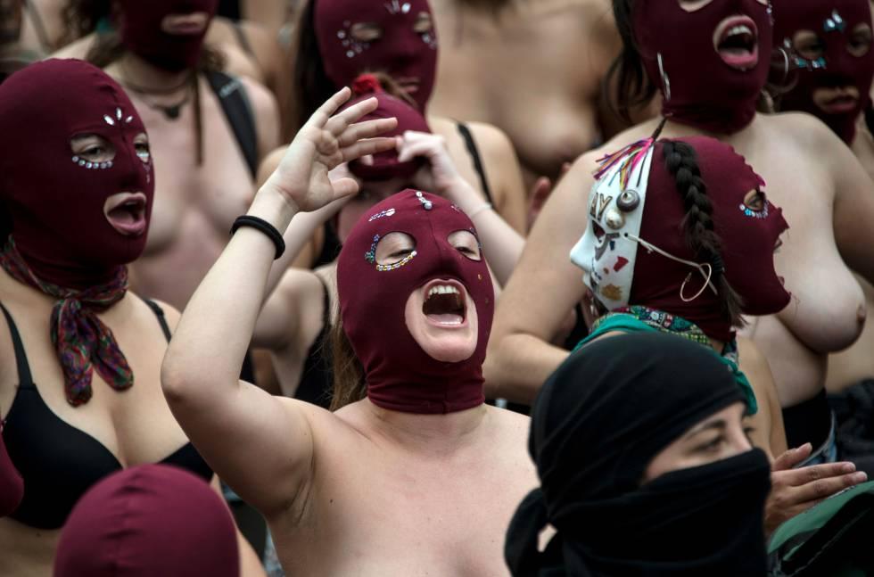 Um grupo de estudantes em um protesto feminista.