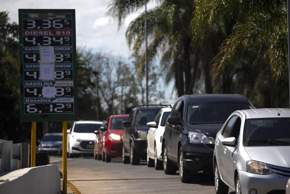 Vehículos en una gasolinera que anuncia no tener más combustible, el jueves en Brasilia