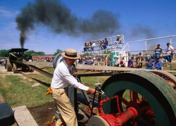 Un hombre prueba una máquina de trillar en un festival de Estados Unidos.