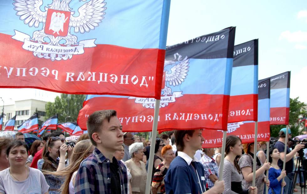 Decenas de ciudadanos marchan en un evento que marca el 4º aniversario de la Primera Batalla del Aeropuerto de Donetsk en la Plaza de Lenin el 25 de mayo de 2018.