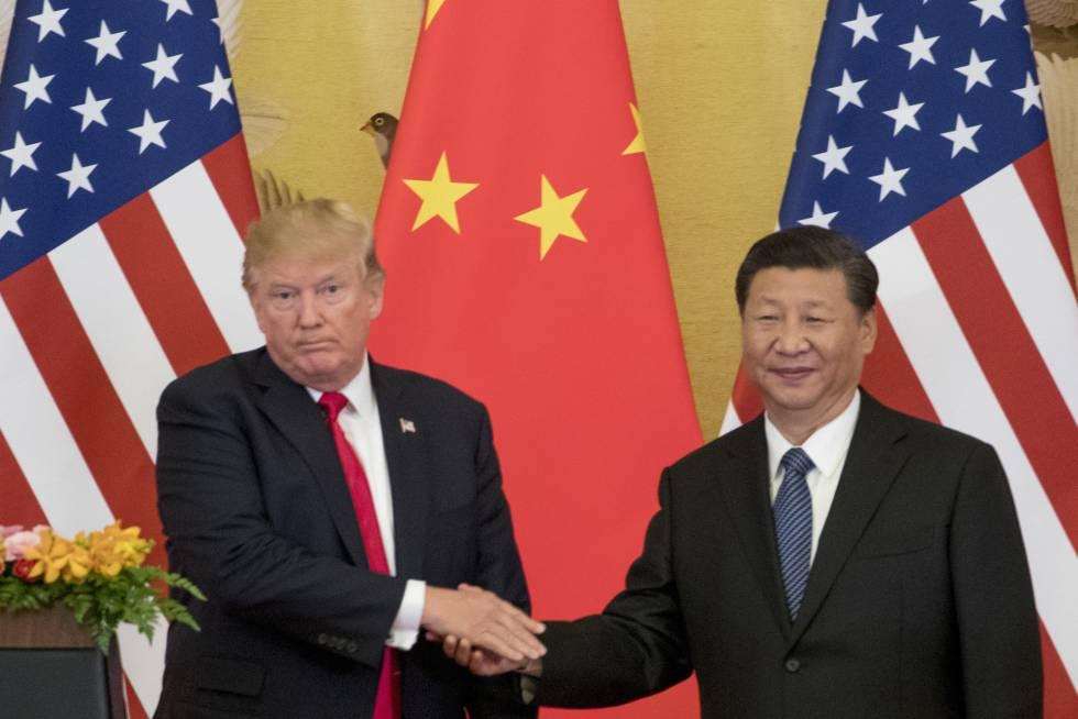 El presidente de EEUU, Donald Trump, y su homólogo chino, Xi Jinping, se saludan en Pekín.