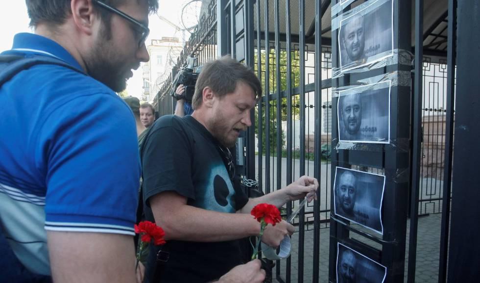 Ativistas fixam fotos de Babchenko na embaixada russa em Kiev.