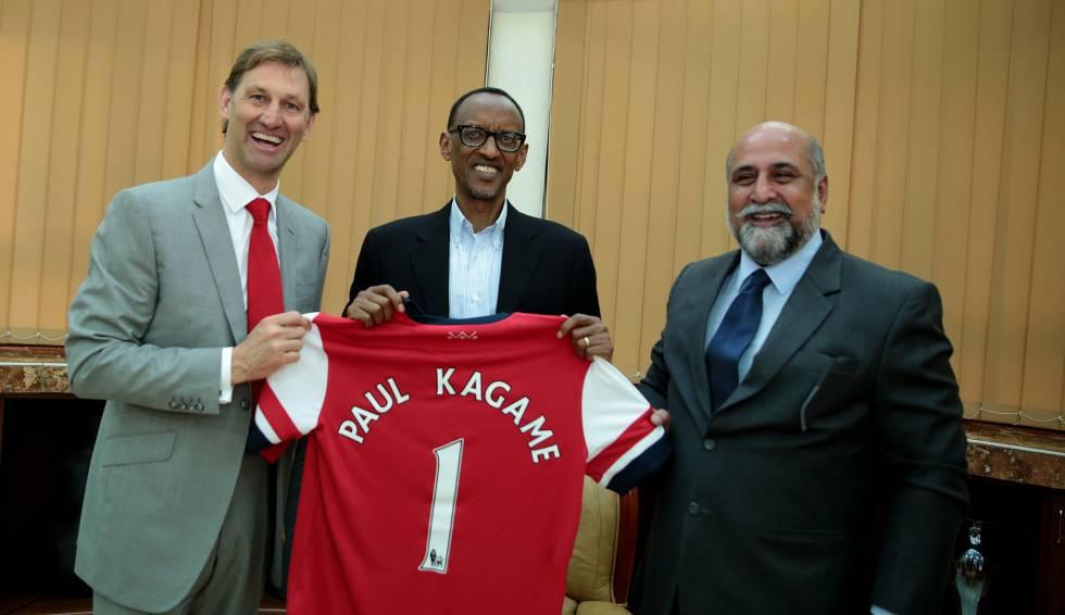 El presidente de Ruanda, Paul Kagame, junto al exfutbolista del Arsenal, Tony Adams, en 2014.