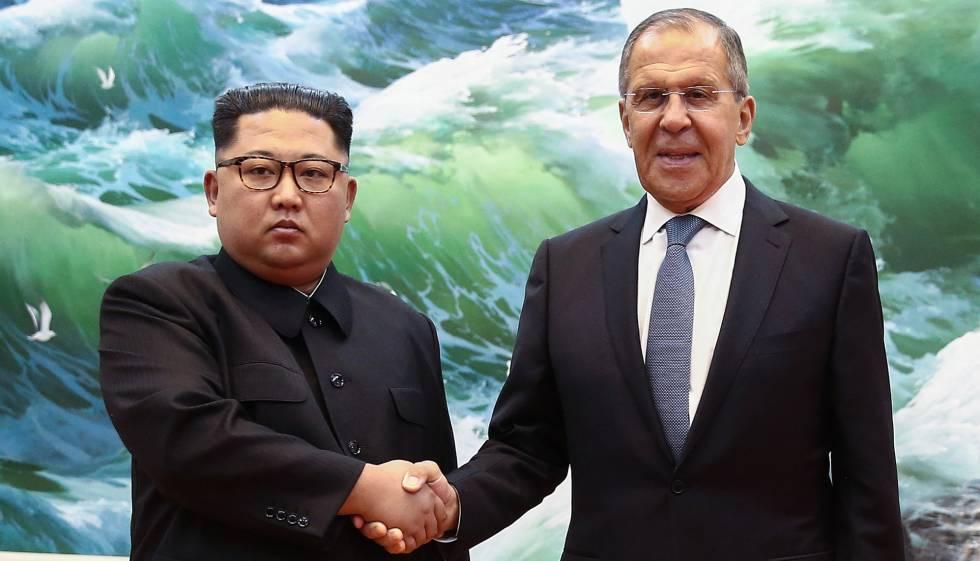 El jefe de la diplomacia rusa, Serguéi Lavrov, y líder norcoreano Kim Jong-un, en Pyongyang.