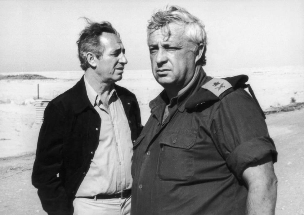 Simón Peres (izquierda) y Ariel Sharon visitan Egipto en 1975.