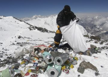 China retira 2,3 toneladas de fezes humanas do Everest