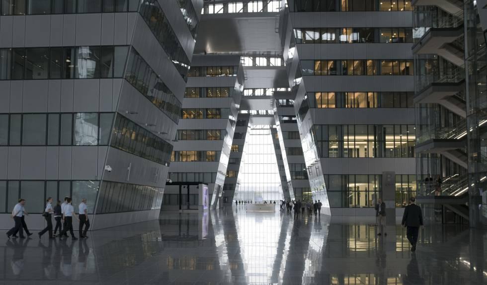 Pasillo central por el que circulan diariamente una gran parte de las 4.200 personas que trabajan en la nueve sede de la OTAN.
