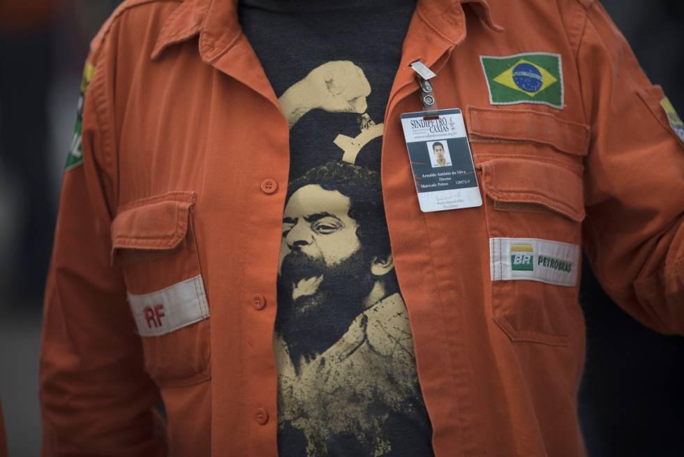 Un trabajador de Petrobras luce una camiseta con la imagen de Lula.
