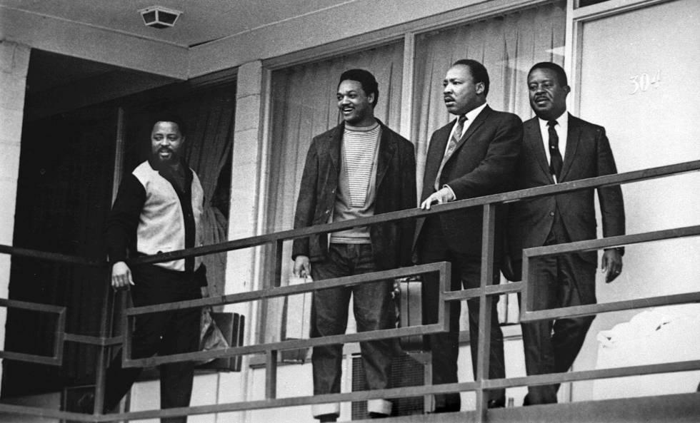 Jesse Jackson, segundo por la izquierda, junto a Martin Luther King, el 3 de abril de 1968 en el motel Lorraine de Memphis, un día antes de que el reverendo fuera asesinado en ese lugar