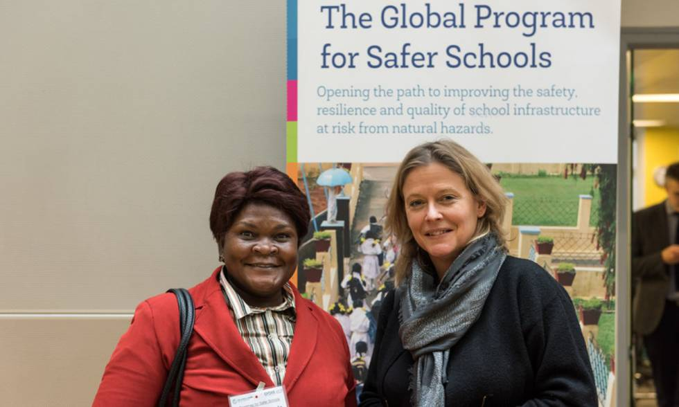 Jo da Silva (derecha) en la puesta en marcha del programa para escuelas más seguras en 2017.