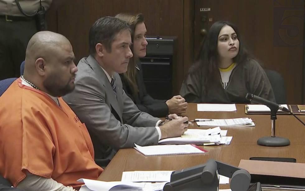 Isauro Aguirre (con mono naranja), y Pearl Fernandez (a la derecha), escuchan la sentencia este jueves en Palmdale, California.
